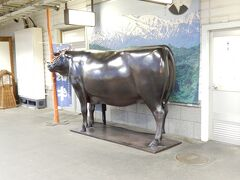 レンタカーの帰す時間の16:30に間に合いました。 米沢駅に置かれた米沢牛の銅像。