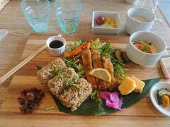 朝食のジューシープレート。 沖縄の混ぜご飯ジューシー、チキンとサラダ、茶碗蒸し、ゴーヤー他漬物がついていました。これも美味しかったです。