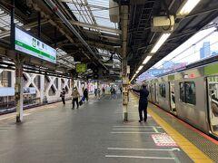 新宿駅で下車します。人はまばらです。  五反田駅(JR山手線)→新宿駅