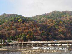 まずはおきまりの渡月橋の景色を。 背後の山の紅葉は、もう見頃を過ぎてしまったかな。