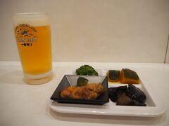 やめました、奈良を離れます。 奈良を離れる前に昼飯をという事で、JR奈良駅内にあるアンテナショップ「奈良のうまいものプラザ」の食堂にてまずは一杯。写真の野菜プレートは定食を頼めば、無料で提供してもらえるようで非常にお得。いいビールのつまみですよ。