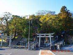 厳原散策の最初は中心部に近い、厳原八幡宮神社。 http://www.sky.tcctv.ne.jp/airport/2011/05/25/iduhara-hachimangu/ 2つの鳥居が並んでいるのは隣にある宇努刀神社とつながってるからです、4つの神社が並んでいました。