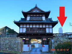 本日宿泊の写真右の対馬一高い建物、東横INN対馬厳原にチェックインして荷物を預け、身軽になってやってきたのは金石城跡。 https://www.nagasaki-tabinet.com/islands/spot/815