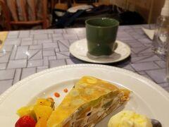 ルクアの地下のフルーツパーラーでティータイム  ミルクレープはフルーツいっぱいでおいしかったです