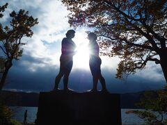 逆光で光を間に入れて撮ってみたけど、こっちのが良い感じじゃない?  とりあえず十和田湖もシンボルを見たので次行きます