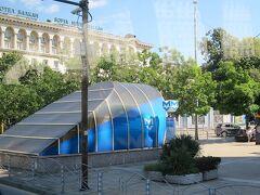 地下鉄セルディカ駅の出口のそばにあるソフィア・ホテル・バルカン