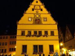 ホテル到着後  仕掛け時計(マイスタートゥルンワ・市長の一気飲み)を見学しました。  鉄ひげ博士の仕掛け時計 (市庁舎の仕掛け時計)