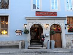 10月3日  宿泊ホテル(アルテス ブラウハウス)前です。  花を飾ってあり大変綺麗な街です。
