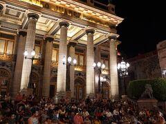 フアレス劇場前では大道芸人が多くの人を集めていました