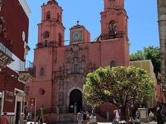 翌日グアナファト旧市街散策 サンフランシスコ教会 1741年に後期バロック様式で建てられた後、新古典主義の特徴が追加されピンクの外観が印象的な教会