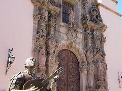 サンティアゴ教会 ファサードは装飾が教会正面に見られるメキシカンバロック様式で尖塔は片方のみ 夜には音楽隊の演者も現れ人混みはMaxに