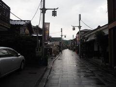 平等院表参道は閑散と。まぁ天気が悪いという事もあるけど、訪れた7月末の時点ではコロナ影響で、店を閉めていた所もボチボチありました。