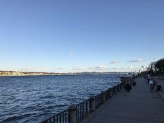 江ノ島北緑地広場を海岸沿いに歩きます