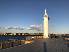 江の島ヨットハーバーの奥にある湘南港灯台へ。江の島の東端に位置する真っ白な灯台です