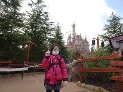 美女と野獣エリア。抽選に当たらないとお城に近づくことも叶いません。ちなみにお城正面からの立ち止まっての撮影はNGでした。 無念…次こそは…!!