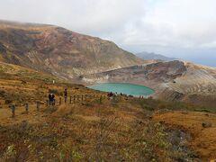 標高1672m 五色岳にある御釜 紅葉も綺麗です、ただし気温5度に強風。