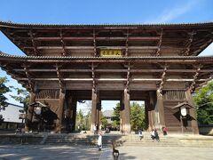 お次は東大寺です。 南大門。 造りがすごい!時代を感じます。