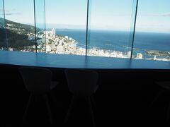 お昼のあとはリゾナーレ熱海へ。 ロビーからは熱海市街地を一望できました。