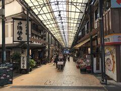 駅前には2つの商店街があります。 こちらは仲見世通り商店街。
