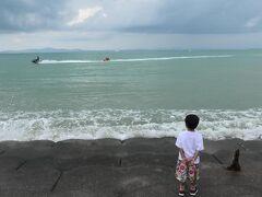 曇天の海 ジェットスキーを見つめる息子w