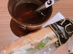 このスティックの紅茶が画期的。 晩御飯はつかれすぎて 駅ナカのPAULでカスクート
