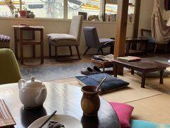 下北沢でも夕方まではカフェと買い物で時間を潰そうと思っていたので、いくつか候補を絞った結果、駅の反対側を少し戻ってStay Happyというところへ。世界一周(いや、もっとか?)したオーナーが経営している、私的にとても興味のあるカフェ。