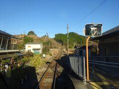 ホームから先を見る。 線路の微妙なカーブから、かつてこの右側にも駅構内が広がっていたことが分かる。