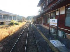 伊勢八知駅。 この駅も、かつて左側にも線路があったっぽい。