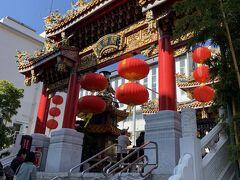 祀られている主神は三国志の英雄として有名な実在の武将関羽のお寺です。日本のお寺とは全然違います。