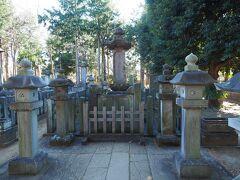 そして幕末の大老となった十三代藩主、井伊直弼公墓所。今でもちゃんと花が生けてあるんですね。