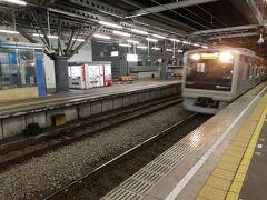 来た電車は小田急の3000形です。 小田原駅には6:07に到着。東海道新幹線に乗り換えます。