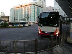 先に発車する相良営業所行きのバスを撮影しました。 こちらのバスは13列シートでリクライニングが効かないバスですが、USBコンセントとwifiが付いている短距離向けのバスなんだそうです。 (座席を薄くして足元を確保している)