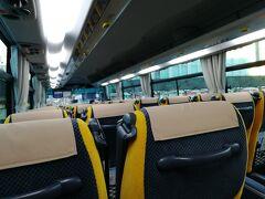 乗車したバスは12列でリクライニングできるバスでした。 乗車時間が50分越すので、コンセントとwi-fiは有り難い存在です。