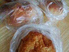 二見港に一番近いパン屋さん、たまなで朝食のパンを購入。 今はコロナの影響もあって、個別にビニール袋に入って売られています。