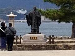 おっ平清盛さんがいますね 厳島神社の大鳥居を見渡しながら 京都の方角を向いて国の繁栄を願っているそうです なかなか立派な像でした