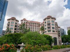 出張など個々には何度か訪れたシンガポールですが、旦那様と二人で来るのは実は17年ぶり、2回目です。 となると、そんなシンガポールで行きたいところ?それがこちら。 10年以上前に滞在した思い出の「Swissotel Merchant Court Hotel」です。 急ピッチで発展してきたシンガポールで、高層ビルに囲まれて、まだ静かに残っていてくれました♪