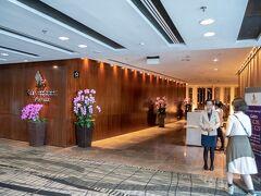 一通り買い物が済んだら、シンガポールエアラインのビジネスラウンジへ向かいます。 シンガポールの国花であるオーキッド(蘭の花)がお出迎えしてくれます。