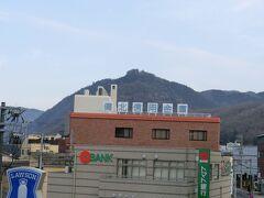 備中高梁駅から。あの山のてっぺんにみえるのがお城です。