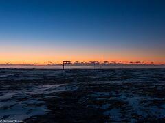 野蒜海岸。 海岸はとても広く、暗闇の中、砂浜に立つ鳥居を探すのに四苦八苦@@; 海岸なのに雪があるのにもびっくりしました^^; 鳥居を見つけて、少しだけ仮眠。 空がグラデーションになった頃に目が覚め、撮影開始。