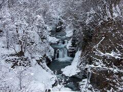 食事、買い物をし、のんびりと訪れたのが「鳳鳴四十八滝」 駐車場から徒歩ですぐです。 雪道は除雪?踏み固められていました^^