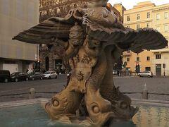 バルベリーニ広場にはもう一つ噴水があります。こちらはトリトーネの噴水です。