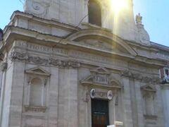 もうひとつ、サンタ・マリア・デッラ・ヴィットーリア教会。  こちらもファザードがすごい!!夜になりかけてましたが入れそうだったので中に入ってみることにしました。