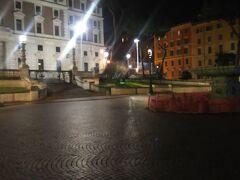 ヴィミナーレ広場。夜は誰もいません。  このあたりは少し人も少なかったです。  中央に噴水がありましたが工事中でした。