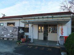 21<二俣本町駅> 二俣本町駅は、拠点駅「天竜二俣」から一つ西側の駅。 二俣地区中心部に位置し、近くに住宅や商店がたくさんありますが、利用客は学生が中心で、1日平均40~50人ほど。