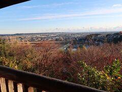 49<展望台> 鳥羽山城跡は「鳥羽山公園」という自然公園となっていて、展望台が設けられています。そこから、曲線から直線に流れを変える天竜川と広大な遠州平野が見渡せました。