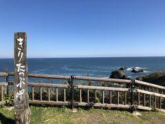 記念撮影風。 海沿いは風が強く、髪の毛がぼさぼさになりました。