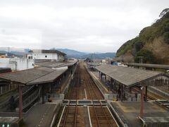 くま川鉄道のホームに向かいます。JRの駅に隣接していますが、少し歩きます。