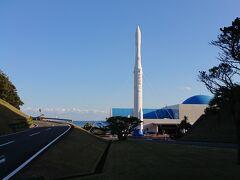種子島宇宙センターが見えてきました(*'▽')  テレビで下町ロケットを見て、宇宙にロケットを打ち上げるとろいうことがどんなに大変なことかを知りました。でも、種子島に来られるなんて思ってもいませんでした。ロケットのお出迎えに気持ちがワクワクしてきました♪