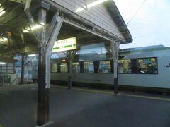 """2020.12.27 郡山ゆき普通列車車内 周りの面々は変わってしまったが、磐越東線は当時から変わらず""""抹茶ミルク""""だ。木造屋根もY字の柱もおそらく変わっていないんだろう。小川郷で行き違い。"""