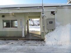 2020.12.27 会津若松ゆき普通列車車内 北海道のキャンプ帰り、シュラフ2枚重ねの上、持っている服を全部来て寝た翁島駅。そんなことばっかりやっていた二十歳の3月。